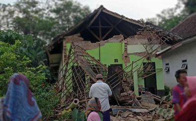 Destroços de uma casa após o Terremoto em Malang, Java.
