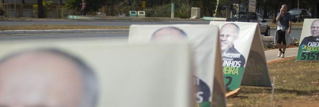 Cavaletes, bonecos e cartazes são permitidos durante a campanha eleitoral, desde que não dificultem o bom andamento do trânsito de pessoas e veículos
