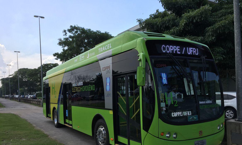 Rio de Janeiro - Ministro da Ciência, Tecnologia e Inovação, Celso Pansera, visita ônibus ecológico, movido a energia e hidrogênio, que será usado por atletas nos Jogos Olímpicos de 2016  (Cristina Indio do Brasil/Agência Brasil)