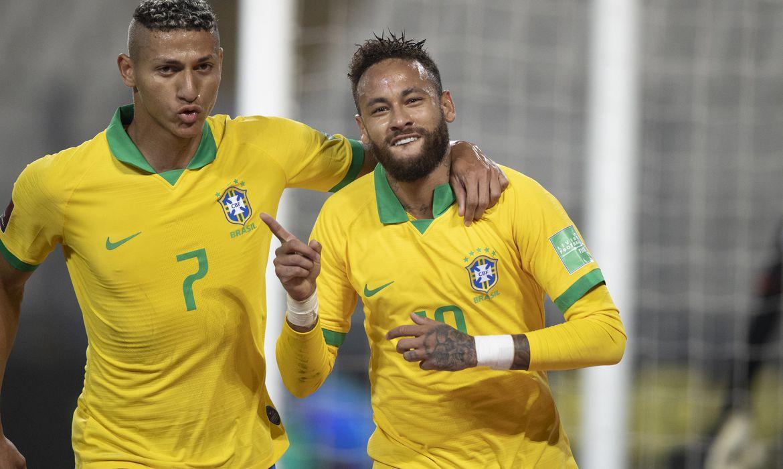 Neymar comemora gol marcado de penalti ao lado de Richarlison