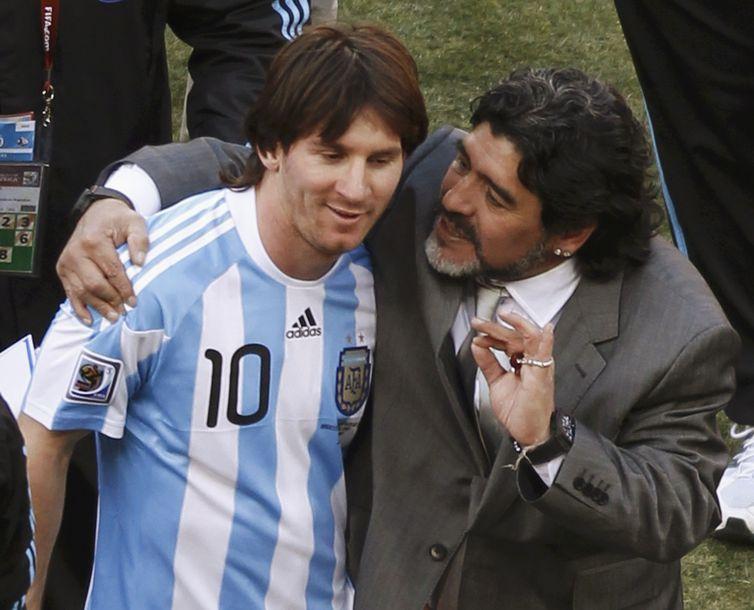 Diego Maradona abraça Lionel Messi após partida entre Argentina e Coreia do Sul na Copa do Mundo de 2010