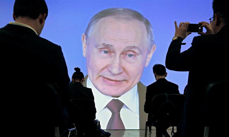 Jornalistas acompanham ao vivo o discurso do presidente russo Vladimir Putin ao parlamento, em que o chefe do Kremlin apresentou seus novos armamentos nucleares