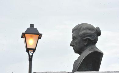 Busto de Cora Coralina em frente ao museu em homenagem à poetisa (Marcello Casal Jr/Agência Brasil)