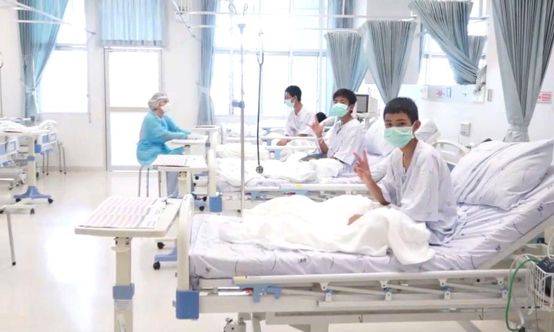 Meninos resgatados em caverna se recuperam em hospital