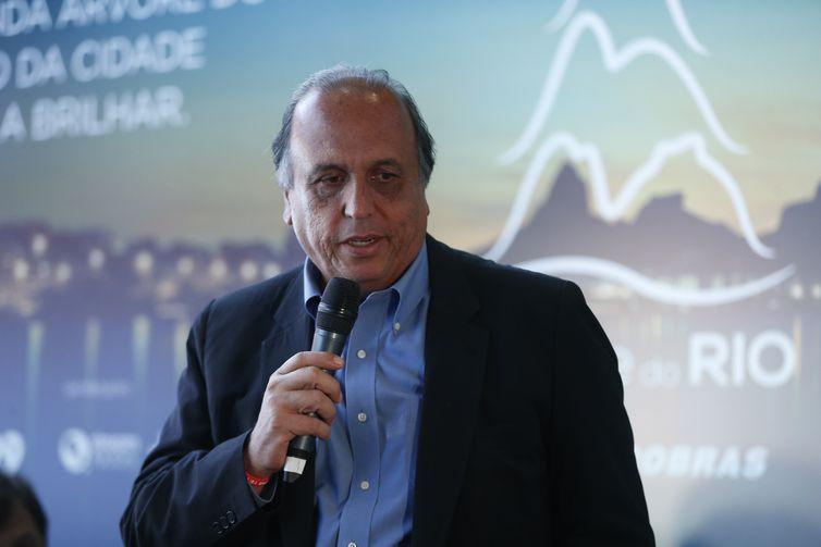 O governador do Rio de Janeiro, Luiz Fernando Pezão fala durante evento de lançamento da Árvore de Natal do Rio, que será inaugurada dia 1º de dezembro, na Lagoa Rodrigo de Freitas.