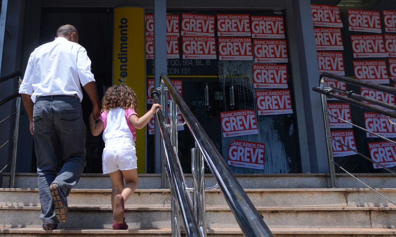 Brasília - Bancários de instituições públicas e privadas de todo o país iniciam nesta terça-feira (6) greve por tempo indeterminado (Elza Fiúza/Agência Brasil)