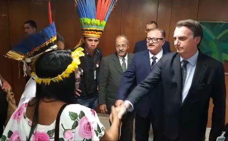 Presidente Jair Bolsonaro faz transmissão ao vivo para redes sociais ao lado de indígenas
