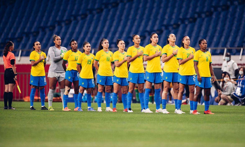 Seleção feminina de futebol antes de jogo em Tóquio 2020.
