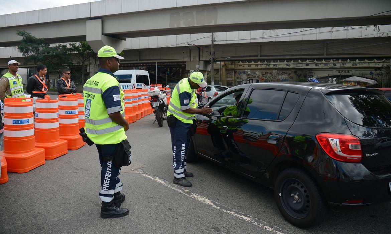 Rio de Janeiro - Bloqueio de via no entorno do Estádio do Maracanã testa segurança para cerimônia de abertura dos Jogos Rio 2016  (Fernando Frazão/Agência Brasil)