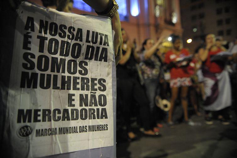 Rio de Janeiro - Protesto no Dia Internacional de Combate à Violência contra a Mulher, pelo fim da violência contra as mulheres e contra o PL 5069/13, em frente à Câmara de Vereadores (Fernando Frazão/Agência Brasil)