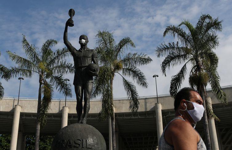 Estátua de Bellini, capitão da seleção brasileira, no estádio do Maracanã, durante a Copa do Mundo de 1958,  usa uma máscara protetora no primeiro dia de uso obrigatório de máscaras no Rio de Janeiro, em meio à doença por coronavírus