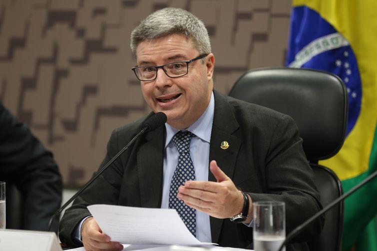 Brasília - Presidente interino da Comissão de Relações Exteriores e Defesa Nacional, senador Antonio Anastasia, durante debate sobre o aumento da insegurança internacional (Fabio Rodrigues Pozzebom/Agência Brasil)