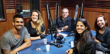Cadu Freitas recebe Luiza de Mendonça, Luise Valentim, Alice Alvarenga, Arnaldo Neto no estúdio da Rádio MEC