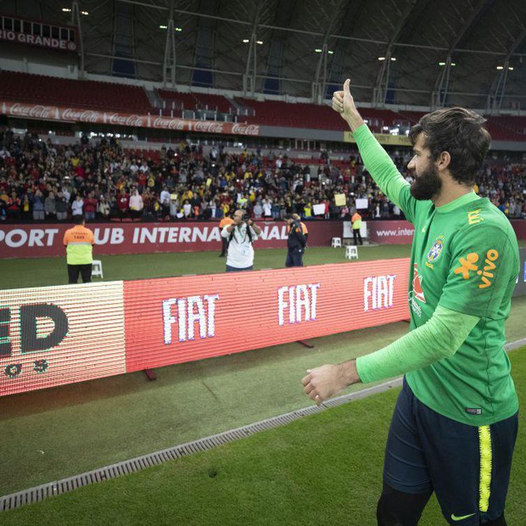Assim que pisou gramado do Beira Rio, Alisson, que jogou no Internacional,foi aplaudido pela torcida