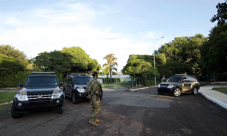 Brasília - A Polícia Federal está na residência oficial do presidente da Câmara dos Deputados, Eduardo Cunha, no Lago Sul em Brasília, para cumprir mandados de busca e apreensão (Marcelo Camargo/Agência Brasil)