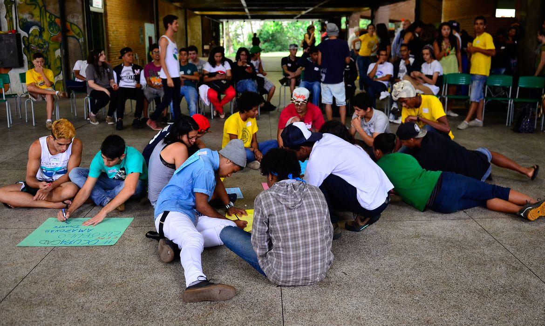 São Paulo - Após pronunciamento do governador Alckmin, representantes dos alunos se reúnem na Escola Estadual Caetano de Campos em assembleia para discutir se vão desocupar as escolas (Rovena Rosa/Agência Brasil)