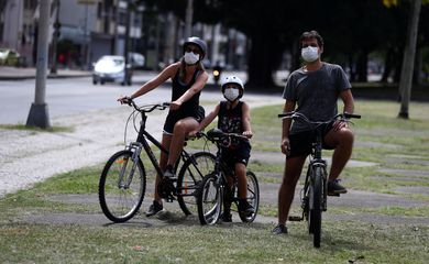 Governos estaduais adotam o uso obrigatório de máscaras para conter covid-19.