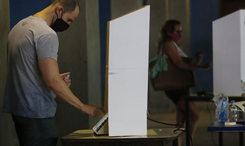 Movimentação de eleitores no CIEP do Humaíta,  4ª zona eleitoral no Rio de Janeiro