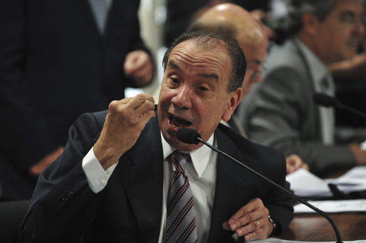 CCJ do Senado se reúne para discutir e votar o parecer sobre qual das duas CPIs propostas para investigar a Petrobras deve ser instalada na Casa. E/D: Senador Aloysio Nunes (Antonio Cruz/Agência Brasil)