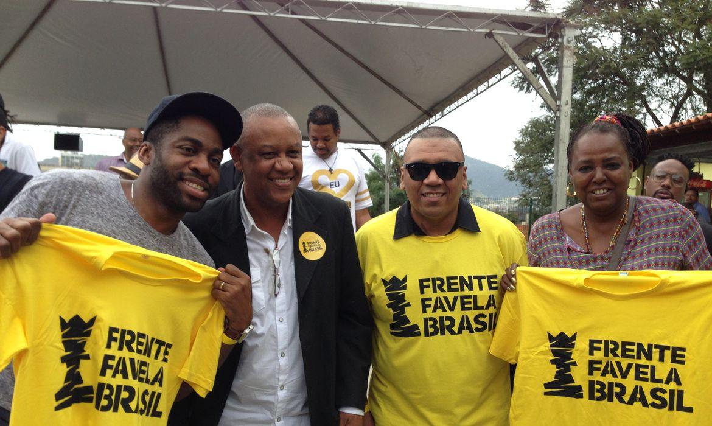 O ator Lázaro Ramos e os ativistas Celso Athayde, Preto Zezé e Eliana Custódio durante o lançamento do Frente Favela Brasil, no Morro da Providência