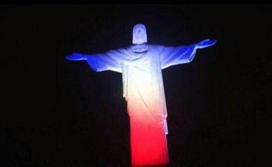 Imagem do Cristo iluminado com as cores da bandeira francesa