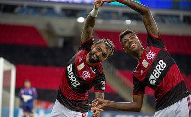 Bruno Henrique e Gabibol comemoram após gol em duelo Flamengo x Atlético-GO, em 14/11/2020 - Maracanã