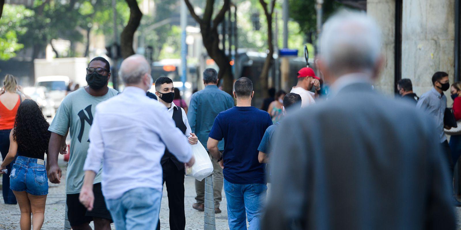 Pessoas com máscara caminham no centro do Rio de Janeiro