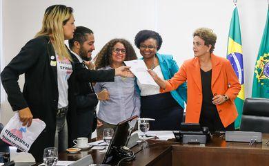 Brasília - Presidenta Dilma Rousseff recebe o deputado Jean Wyllys (PSOL-RJ) e assina decreto que institui e reconhece a identidade de gêneros de travestis e transexuais na administração pública direta e indireta (Roberto Stuckert Filho/PR)