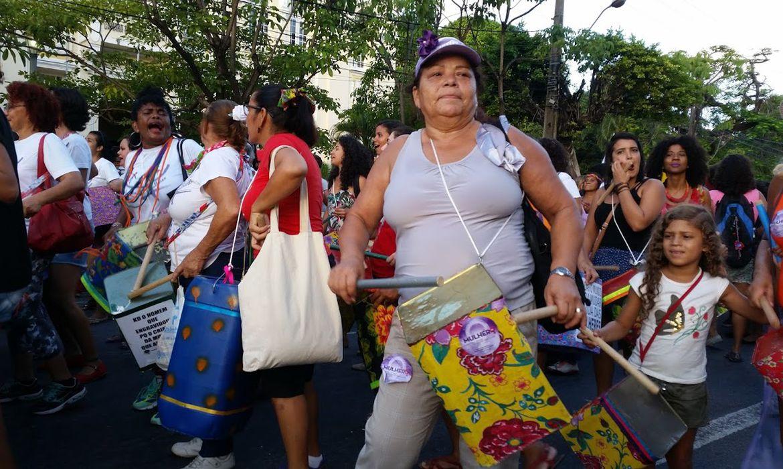 Mulheres fazem manifestação no Recife em defesa da vida da mulher