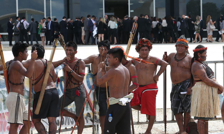 Brasília - Índios fazem protesto em frente ao Supremo Tribunal Federal  (Wilson Dias/Agência Brasil)