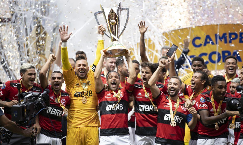 Flamengo levanta a taça da Supercopa do brasil 2021.