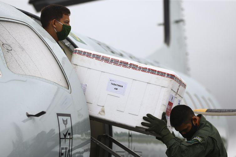 A Força Aérea Brasileira transporta vacinas contra o novo coronavírus até o município de Tabatinga para a vacinação em comunidades indígenas.