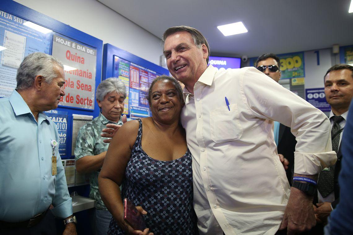 O presidente Jair Bolsonaro, joga na Mega-Sena da Virada na manhã desta 5ª feira (26.dez.2019) na lotérica Cruzeiro do Sul, no Cruzeiro Velho, bairro tradicional de Brasília