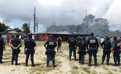 BRA03. PACARAIMA (BRASIL), 18/08/2018.- Policías brasileños prestan guardia mientras ciudadanos brasileños se manifiestan contra la presencia de inmigrantes venezolanos hoy, sábado 18 de agosto de 2018, en la localidad fronteriza de Pacaraima