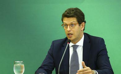 O ministro do Meio Ambiente, Ricardo Salles, durante entrevista coletiva após Cúpula de Líderes sobre o Clima.