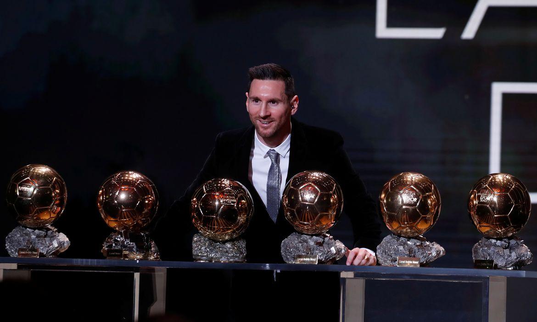 Futebol Soccer - Os prêmios Ballon d'Or - Theatre du Chatelet, Paris, França - 2 de dezembro de 2019 Lionel Messi, do Barcelona, com seus seis troféus de Ballon d'Or REUTERS / Christian Hartmann