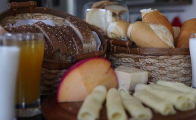 Queijos, leite e pão: vilões em muitas mesas.
