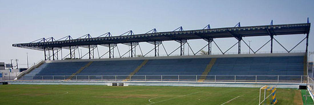 Estádio Cláudio Moacyr - o Moacyrzão - antes de reforma: Defesa Civil interditou o estádio por conta de problemas na cobertura metálica