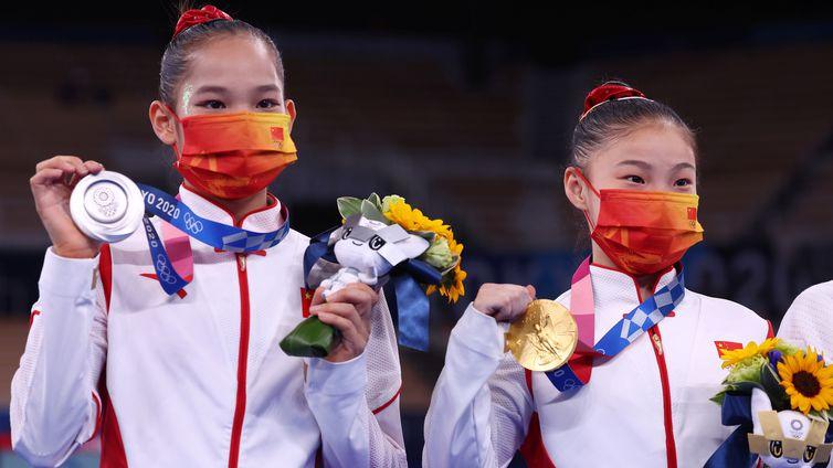 Chenchen Guan e Xijing Tang; ouro e prata