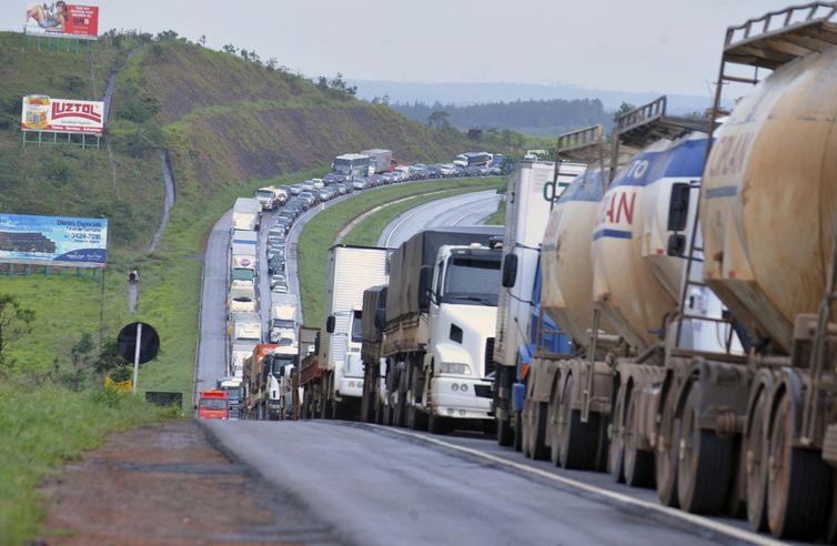 Bloqueios nas rodovias: governo diz que vai aumentar a presença de forças policiais