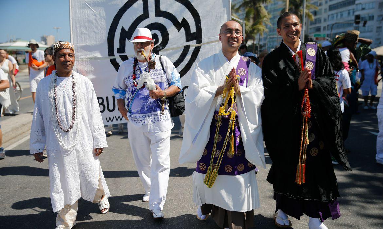 Rio de Janeiro - Representantes de diversas religiões participam de caminhada na Praia de Copacabana em defesa da liberdade religiosa (Fernando Frazão/Agência Brasil)