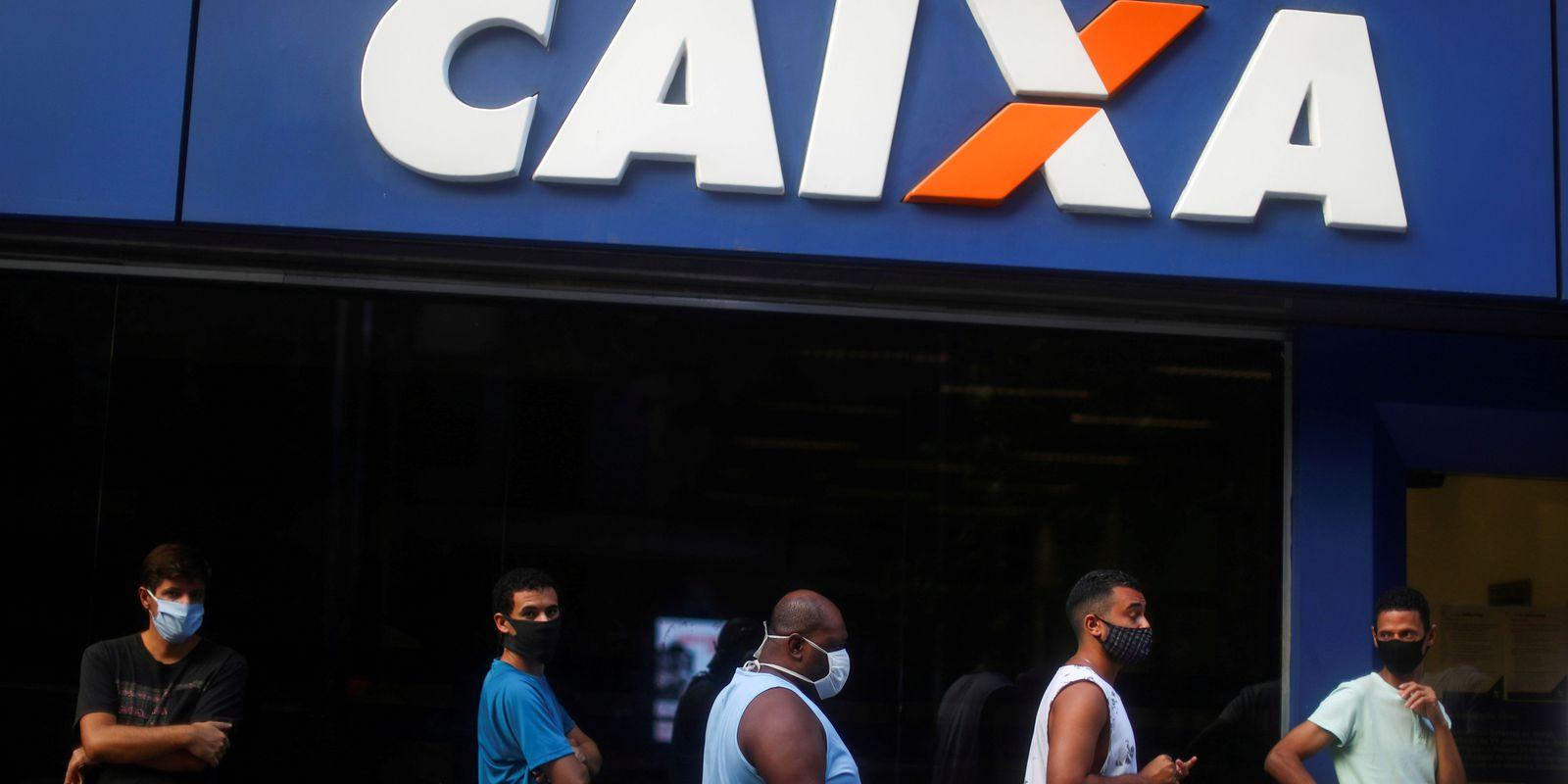 Pessoas formam fila em agência da Caixa Econômica Federal no Rio de Janeiro