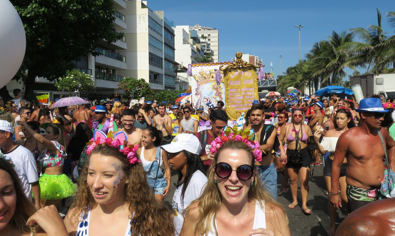 Rio de Janeiro - O tradicional bloco Simpatia É Quase Amor arrastou uma multidão pela praia de Ipanema (Vladimir Platonow/Agência Brasil)