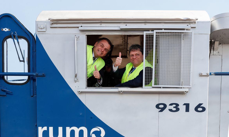Presidente da República, Jair Bolsonaro posa para foto durante visita à locomotiva.