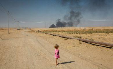 Criança deslocada em campo para refugiados no Iraque
