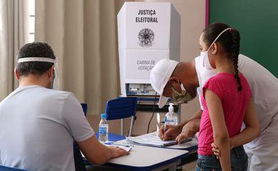Eleitores votam no segundo turno das eleições para prefeito na Escola Municipal de Ensino Fundamental Celso Leite Ribeiro Filho, na Bela Vista.