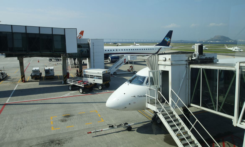 Movimento de aeronaves no Aeroporto Santos Dumont.