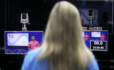 Professores do Centro Nacional de Mídias de Educação gravam aulas e interagem com alunos de todo o Brasil.