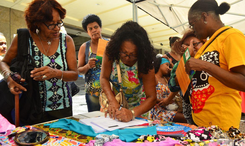 Rio de Janeiro - Mulherres negras do Rio lançam, na Central do Brasil, mobilização para a Marcha Das Mulheres Negras No Rio: Contra O Racismo, A Violência E Pelo Bem Viver.r que acontecerá em Brasília no dia 18 de novembro.