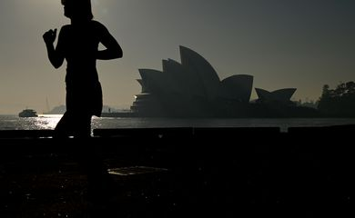 The Sydney Opera House is seen as a smoke haze hits Sydney, Australia, November 19, 2019. AAP Image/Joel Carrett/via REUTERS    ATTENTION EDITORS - THIS IMAGE WAS PROVIDED BY A THIRD PARTY. NO RESALES. NO ARCHIVE. AUSTRALIA OUT. NEW ZEALAND OUT.